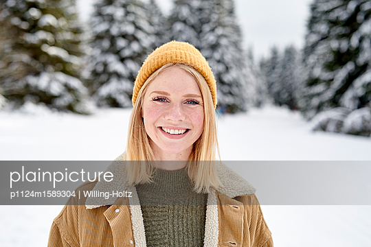 Porträt einer jungen Frau in Schneelandschaft - p1124m1589304 von Willing-Holtz