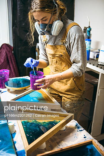 Female resin working in homemade studio - p1166m2201262 by Cavan Images
