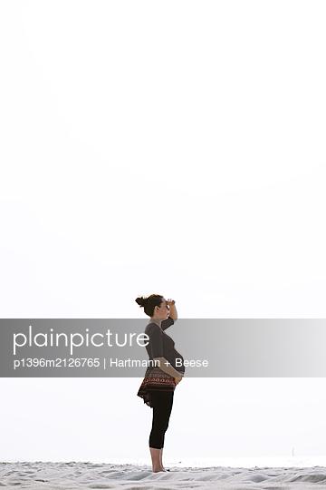 Pregnant woman on the beach - p1396m2126765 by Hartmann + Beese