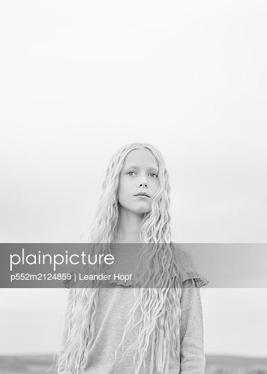 Blonde girl - p552m2124859 by Leander Hopf