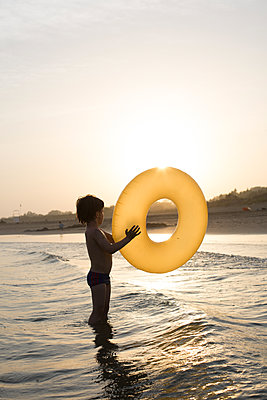 Kind spielt im Meer - p1308m2126462 von felice douglas