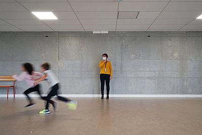Gym at school during coronavirus - p1610m2215905 by myriam tirler