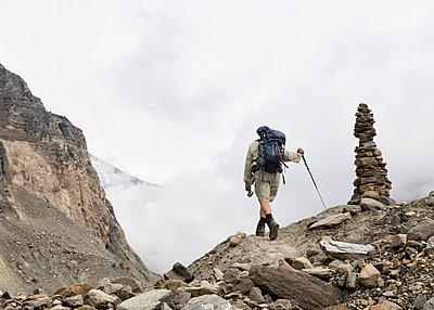 Hiker at Chonbarden Glacier, Dhaulagiri Circuit Trek, Himalaya, Nepal - p300m2155391 von Alun Richardson