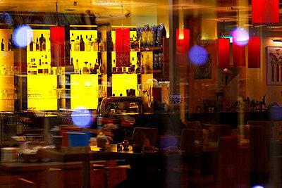 Cocktailbar - p979m1444905 von Martin Kosa