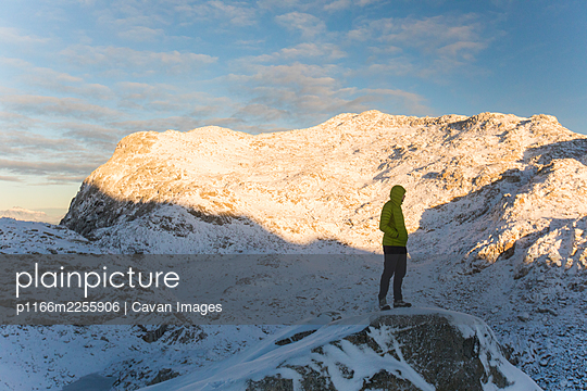 Man standing on on rocky mountain ridge, British Columbia, Canada. - p1166m2255906 by Cavan Images
