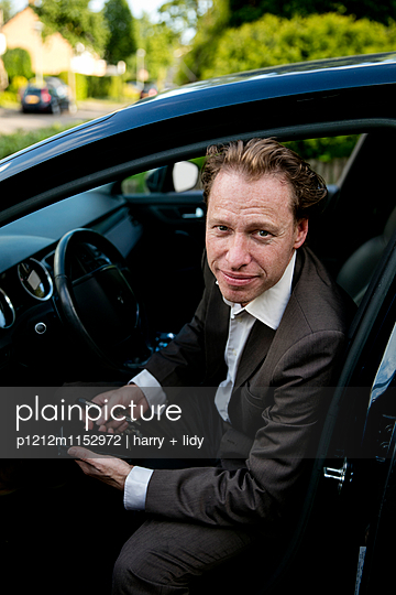 Mann im Auto - p1212m1152972 von harry + lidy