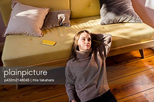 Junge Frau entspannt ohne Handy - p432m2148045 von mia takahara