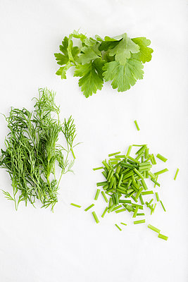 Dill, parsley and chive - p312m1551542 by Scandinav Images