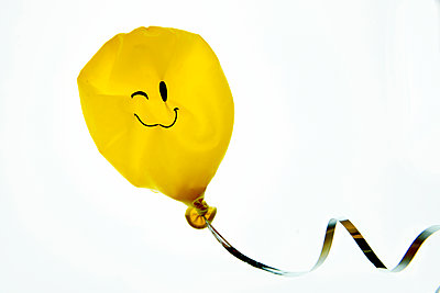 Verschrumpelter Smiley Luftballon - p451m1185401 von Anja Weber-Decker