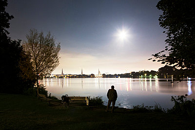 Fishing at night, Hamburg - p1222m1026366 by Jérome Gerull