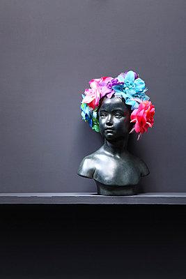 Blumen im Haar - p237m852049 von Thordis Rüggeberg