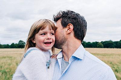 Family having fun at the park. London, England. - p300m2298973 von Angel Santana Garcia