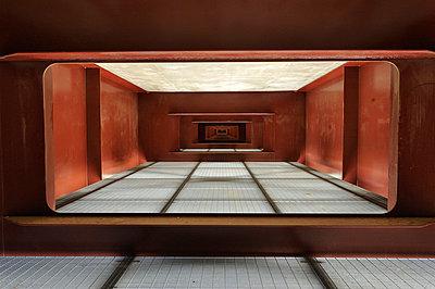 Im Inneeren einer Brückenkonstruktion - p8290131 von Régis Domergue