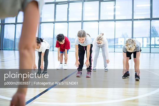 Pupils exercising in gym class - p300m2003937 von Fotoagentur WESTEND61