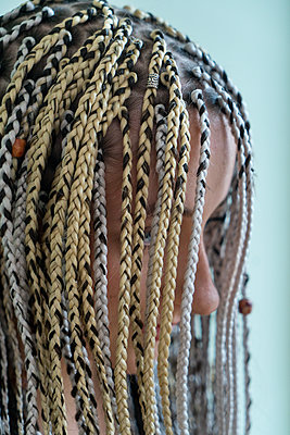 Young woman with dreadlocks - p427m2059724 by Ralf Mohr
