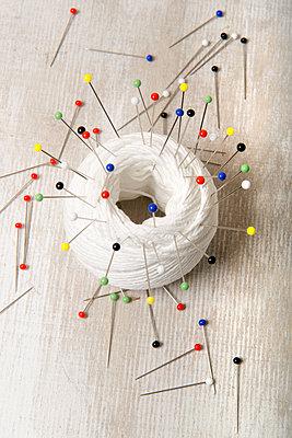 Garn mit vielen Nadeln - p451m1550542 von Anja Weber-Decker