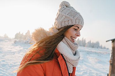 Young woman in winter clothing in snowy landscape - p586m2005095 by Kniel Synnatzschke