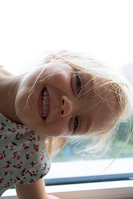 Portrait of blond girl  - p817m2288958 by Daniel K Schweitzer