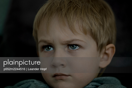 Portrait of blond boy - p552m2244516 by Leander Hopf