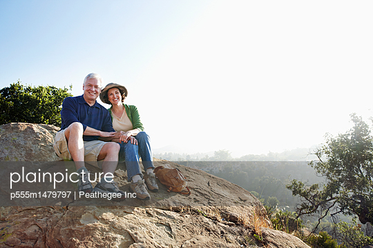 Caucasian couple hiking in remote area - p555m1479797 by Peathegee Inc
