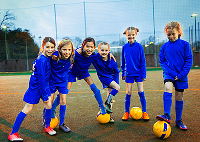 Portrait confident girls soccer team - p1023m2035267 by Paul Bradbury