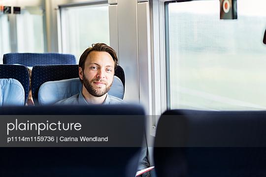 Mann im Zug - p1114m1159736 von Carina Wendland