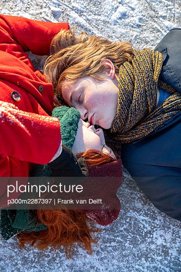 Netherlands, Vught, Vughtse Hei, ginger girl and boyfriend iceskating - p300m2287397 von Frank van Delft