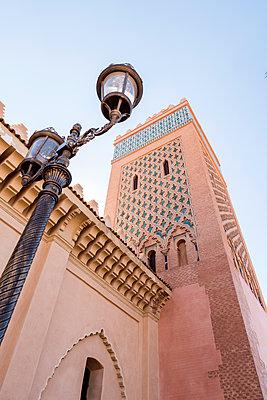 Marokkanische Moschee und Laternenpfahl - p1390m1591055 von Svetlana Sewell