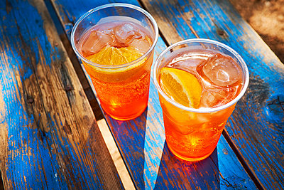Two cups of ice-cooled Spritz with orange slice - p300m1505243 by Dirk Kittelberger