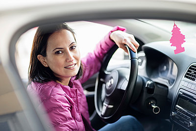 Smiling woman in car - p312m1187716 by Susanne Walstrom