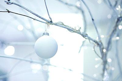 Weiße Weihnachtsbaumkugel - p6060663 von Iris Friedrich