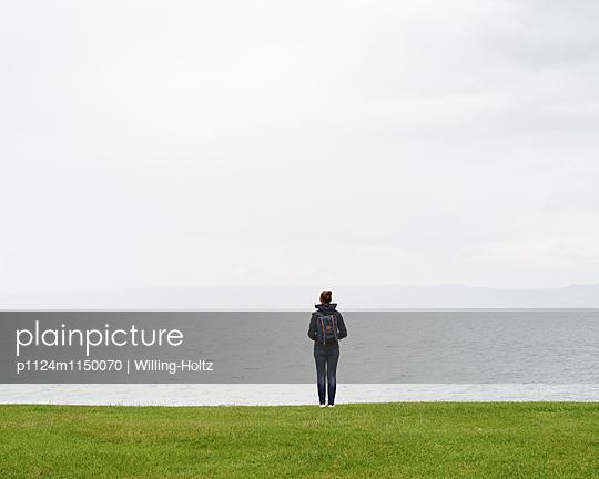 Frau blickt auf den Genfer See - p1124m1150070 von Willing-Holtz