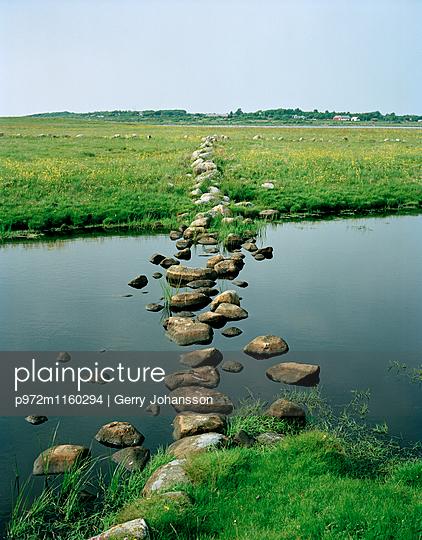 Steine in einem Fluss als Weg - p972m1160294 von Gerry Johansson
