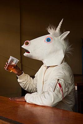 Einhorn trinkt in einer Bar - p045m1355448 von Jasmin Sander