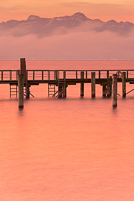 Germany, View of jetty near Haltnau at dawn - p300m879318 by Holger Spiering