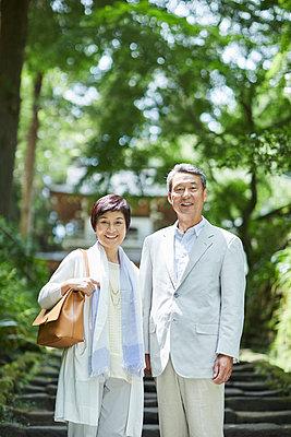 Japanese senior couple having fun at traditional inn - p307m2019901 by Yosuke Tanaka