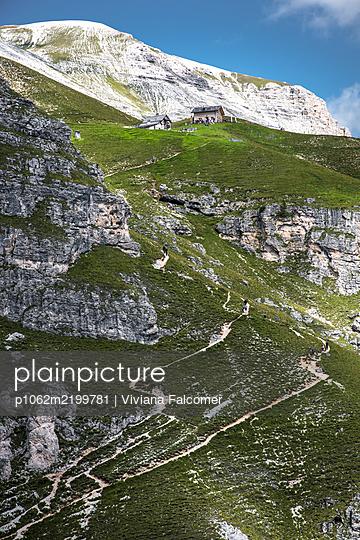 Tourists reaching a mountain shelter, South Tyrol, Italy, Europe - p1062m2199781 by Viviana Falcomer