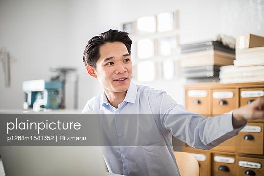 Junger asiatischer Unternehmensgründer im Büro - p1284m1541352 von Ritzmann