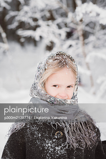 Portrait of snow-covered little girl in winter forest - p300m2139774 by Ekaterina Yakunina
