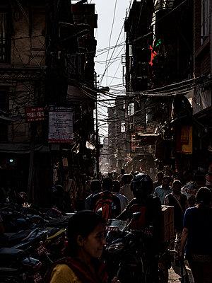 Chaos in einer engen Straße in Kathmandu - p1243m1525088 von Archer