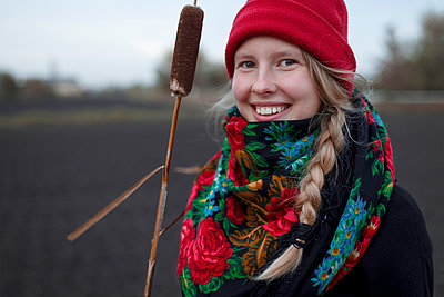 Portrait of smiling Caucasian woman wearing scarf and stocking-cap - p555m1532738 by Vyacheslav Chistyakov