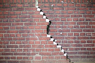 A crack in the wall - p5862260 by Kniel Synnatzschke