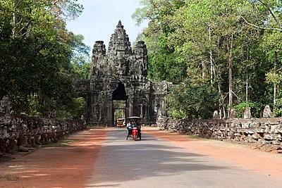 Tuk Tuk in Angkor Wat - p637m1355349 von Florian Stern