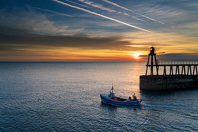 Sunrise over Whitby harbour and River Esk in mid-September, Yorkshire, England, United Kingdom - p871m2058015 by John Potter
