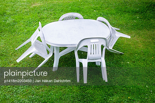 Plastic chairs and table in garden  - p1418m2203493 by Jan Håkan Dahlström