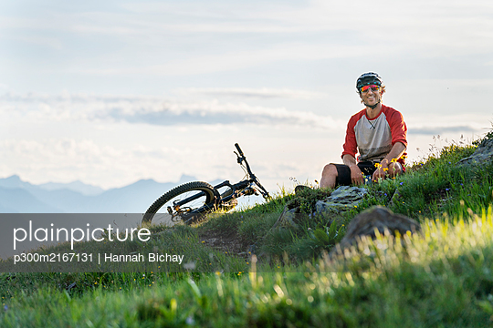 Mountainbiker in the evening light in Grisons, Switzerland - p300m2167131 von Hannah Bichay