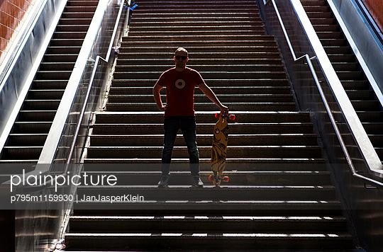 Mann mit Longboard - p795m1159930 von Janklein