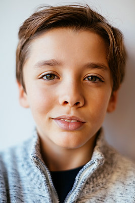 Portrait of smiling brunette boy - p300m1563257 by Bonninstudio