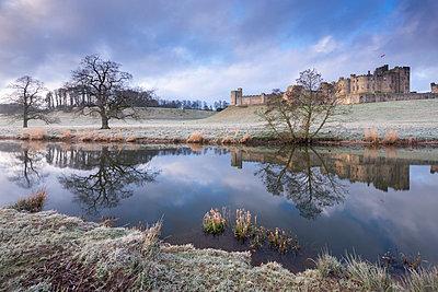 Alnwick Castle on a frosty winter morning, Alnwick, Northumberland, England, United Kingdom, Europe - p871m1017473 by Adam Burton