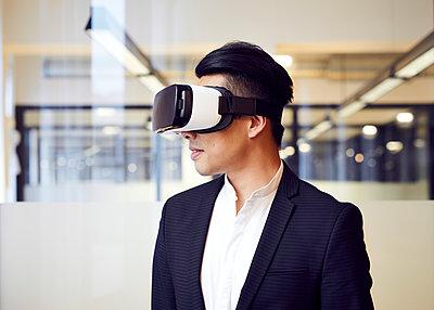 Asiatischer Mann mit VR-Brille - p1124m1181507 von Willing-Holtz